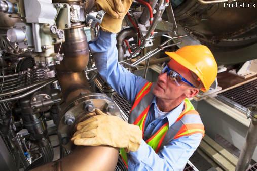 Ingenieur inspiziert eine Turbine