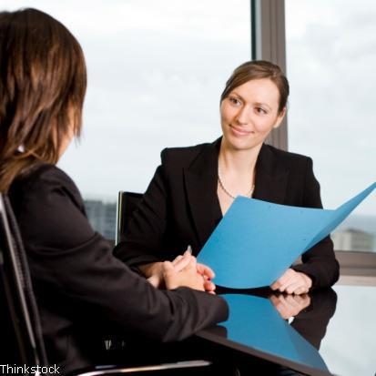 Stellenangebot -Bewerber im Bewerbungsgespräch