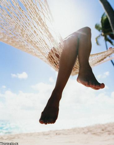 Frau in Hängematte auf tropischer Insel