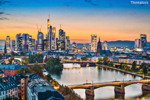 Skyline von Frankfurt am Main in der Dämmerung